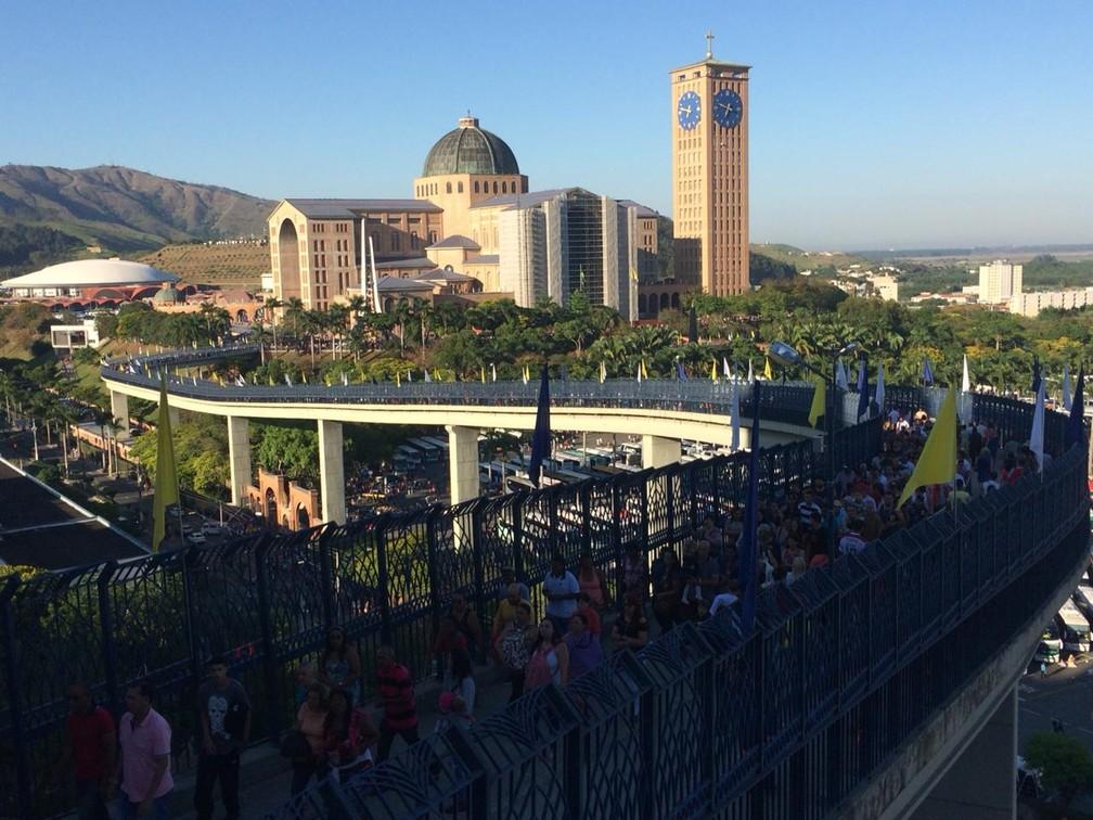 Santuário Nacional visto da passarela da fé em Aparecida — Foto: Carlos Santos/G1