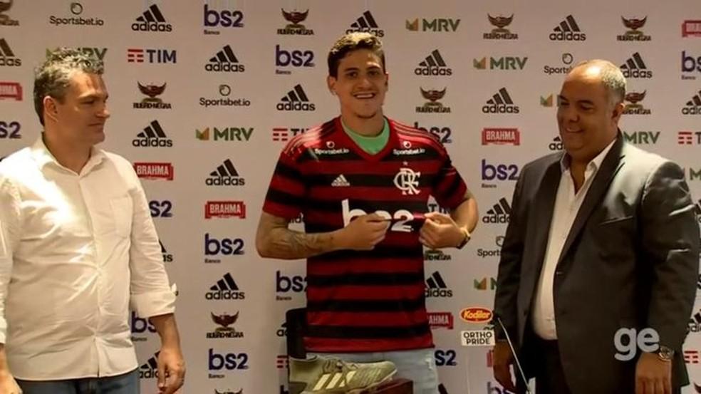 Pedro vestiu a camisa do Flamengo e foi apresentado oficialmente nesta sexta — Foto: GloboEsporte.com
