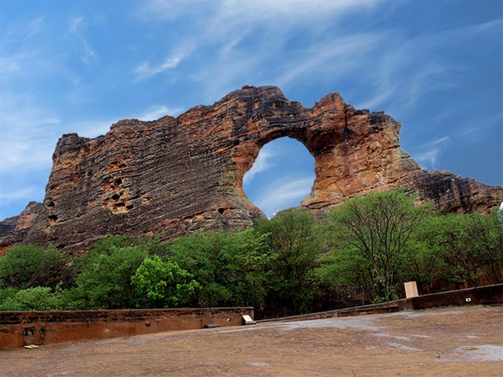 A Pedra Furada na Serra da Capivara é um dos pontos mais visitados do parque — Foto: Pedro Santiago/G1