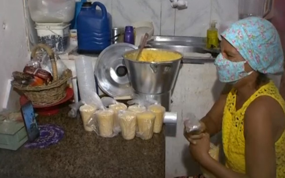 Hyll Lorraine prepara cuscuz com café com leite para doação a moradores carente no bairro de São Caetano e região — Foto: Reprodução/TV Bahia