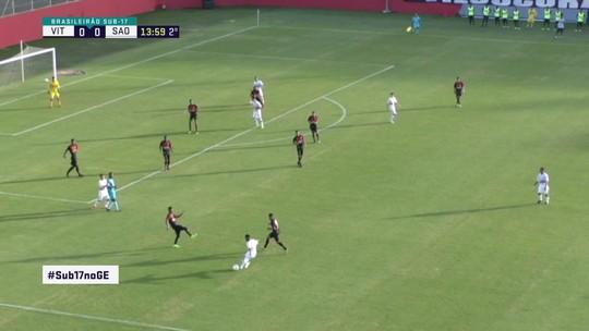 Gabriel tenta cruzar, mas acaba chutando e quase surpreende o goleiro, aos 15' do 2º Tempo
