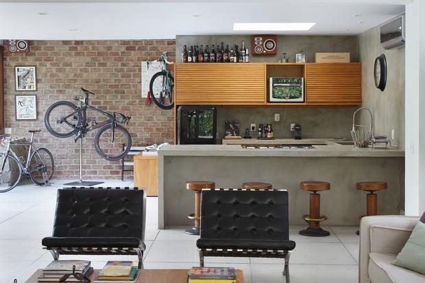 Casa de 410 m² tem espaço de destaque para bikes na decoração  (Foto: FOTOS DENILSON MACHADO)