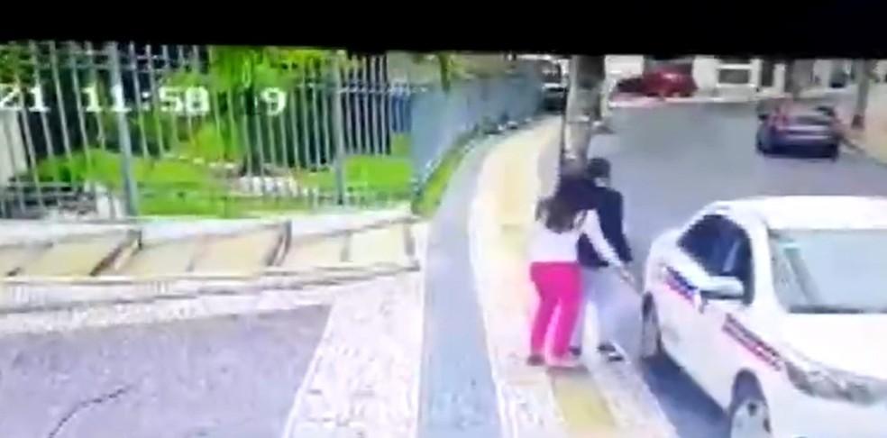 Câmeras mostram chegadas de adolescentes suspeitos de roubar prédios de luxo em Salvador; uma garota de 15 anos foi flagrada — Foto: Reprodução / TV Bahia