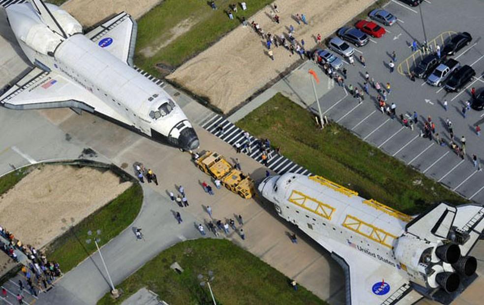 Ônibus espaciais Atlantis e Endeavour, no Centro Espacial Kennedy — Foto: AP