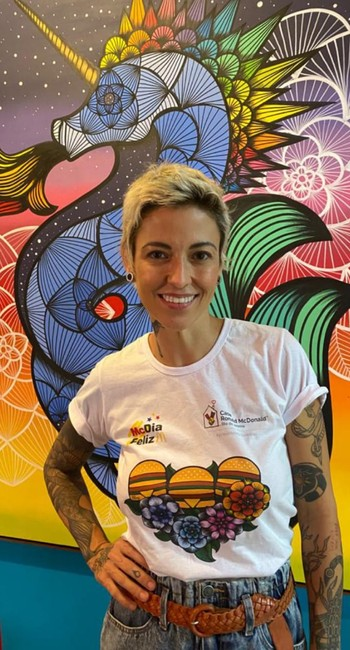 Rafa Mon com a camisa para ajudar a Casa Ronald McDonald Rio,