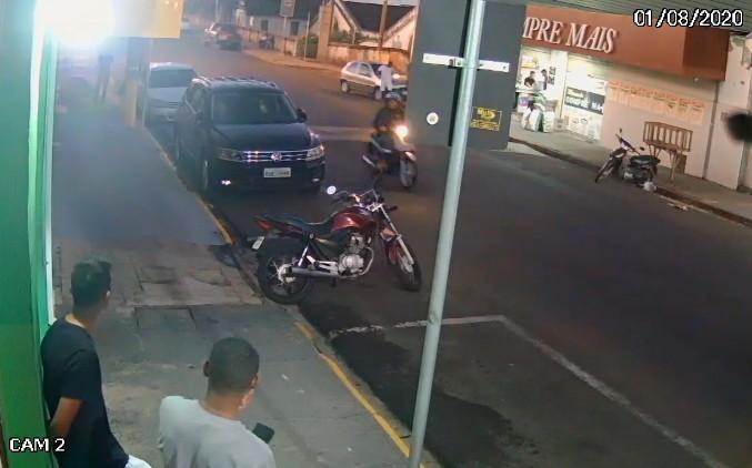 Carro desgovernado invade calçada, atropela moradores e atinge muro em Agudos; vídeo
