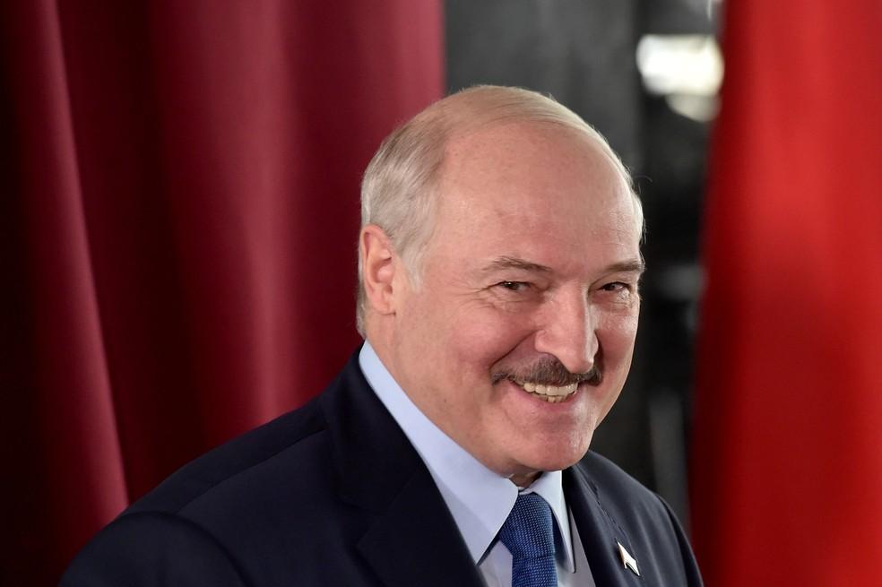 Lukashenko durante votação neste domingo (9) — Foto: Sergei Gapon/Pool via Reuters