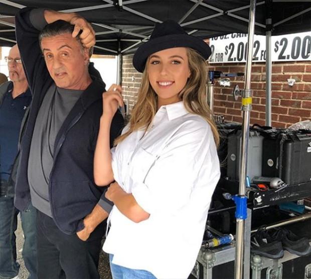 Sophia Stallone visita o pai, Sylvester Stallone, no set (Foto: Reprodução Instagram)