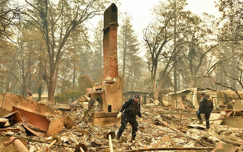 Equipes de resgate procuram por restos mortais em uma residência queimada em Paradise, Califórnia — Foto: Josh Edelson / AFP Photo