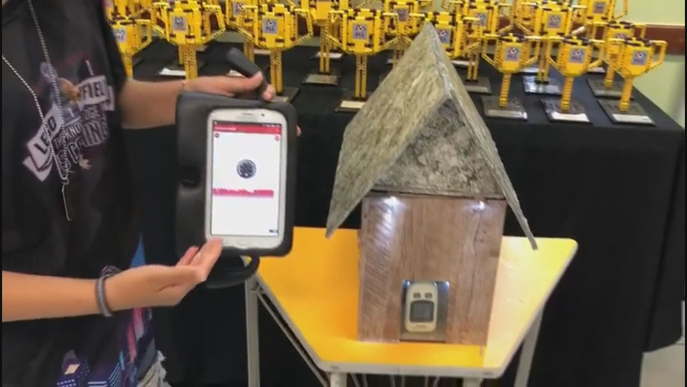 Parede termoacústica desenvolvida por estudantes do DF — Foto: Milena Lopes/G1