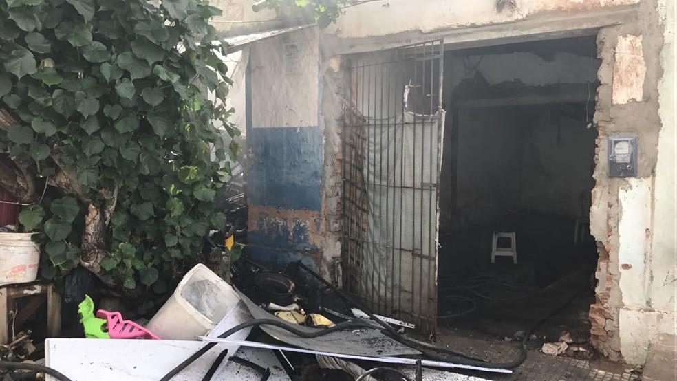 Produtos recicláveis contribuíram para que o fogo se espalhasse pela casa (Foto: Ítalo Di Lucena/Inter TV Cabugi )