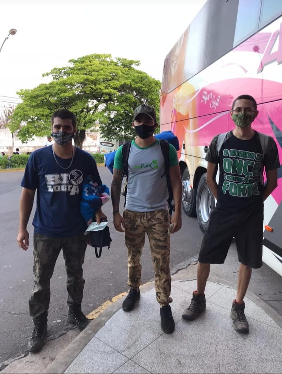 Da esquerda para a direita: Guilherme José Costa, Thiago Luiz Santos da Silva e Pablo Edini Damião, no dia 16 de setembro, no Terminal Rodoviário de Presidente Prudente (SP),antes de embarcarem para Poconé (MT) — Foto: Arquivo Pessoal