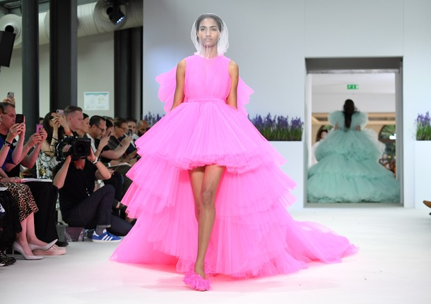 PARIS, FRANCE - JULY 02:  A model walks the runway during the Giambattista Valli Haute Couture Fall Winter 2018/2019  show as part of Paris Fashion Week on July 2, 2018 in Paris, France.  (Photo by Pascal Le Segretain/Getty Images) (Foto: Getty Images)