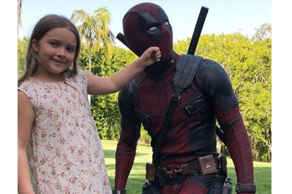 Pow! Harper Seven mostra quem tem a força a Deadpool, personagem de Ryan Reynolds (Foto: Reprodução / Instagram)