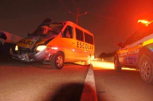Idoso bate van em poste e deixa bairro sem energia por mais de 12 horas em RO