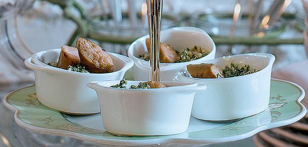 Linguicinha na cachaça sobre farofinha de couve (Foto: Ricardo Corrêa/Casa e Comida)