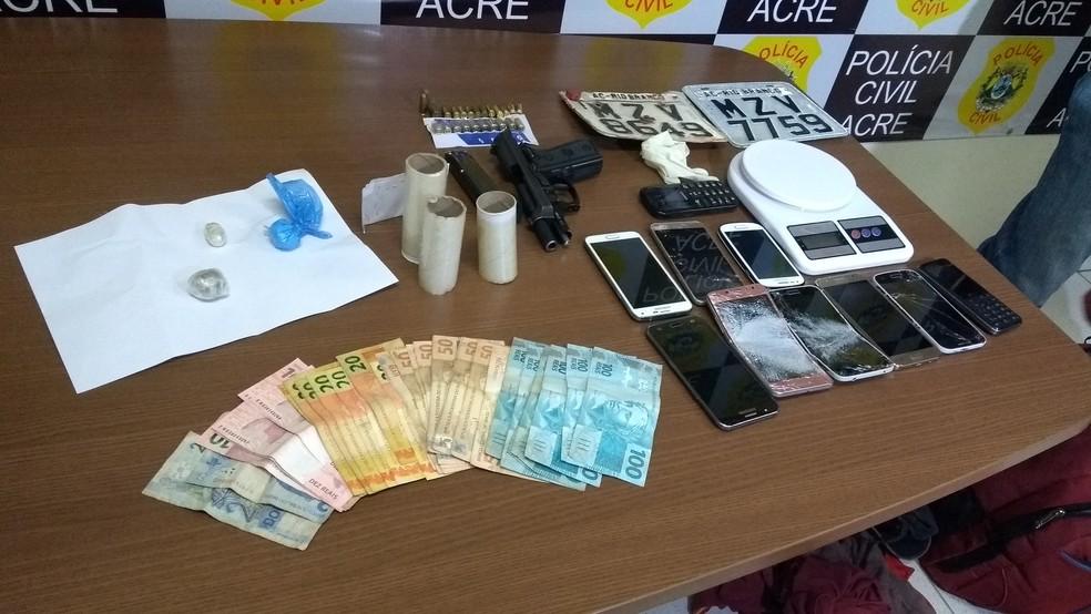 Polícia apreendeu dinheiro, armas, celulares, munições e drogas na casa do acusado (Foto: Aline Nascimento/G1)