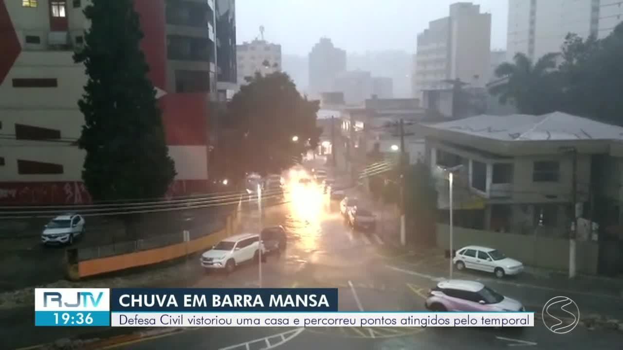 Chuva derruba árvores sobre casa e alaga estrada em Barra Mansa