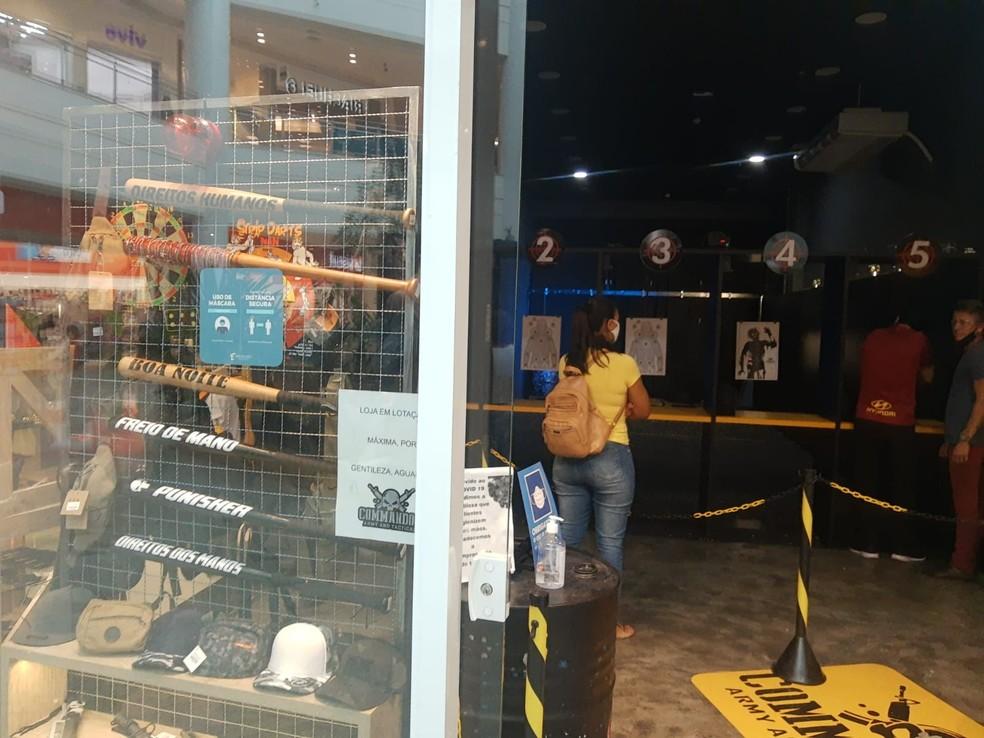 Tacos de beisebol estavam expostos ao lado de um estande de tiro de airsoft, instalado na loja — Foto: Sérgio Pais/G1