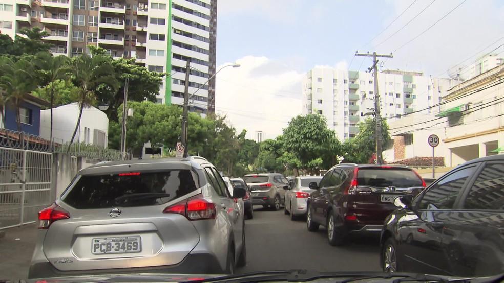Engarrafamentos acontecem a qualquer hora em algumas vias do Recife  — Foto: Reprodução/TV Globo