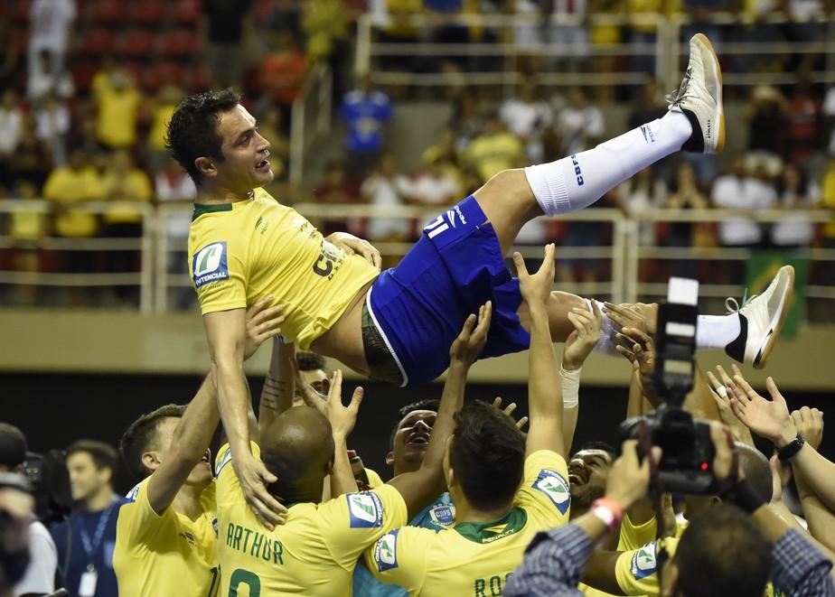 Falcão marca, se emociona, e Brasil vence último jogo oficial do craque pela seleção