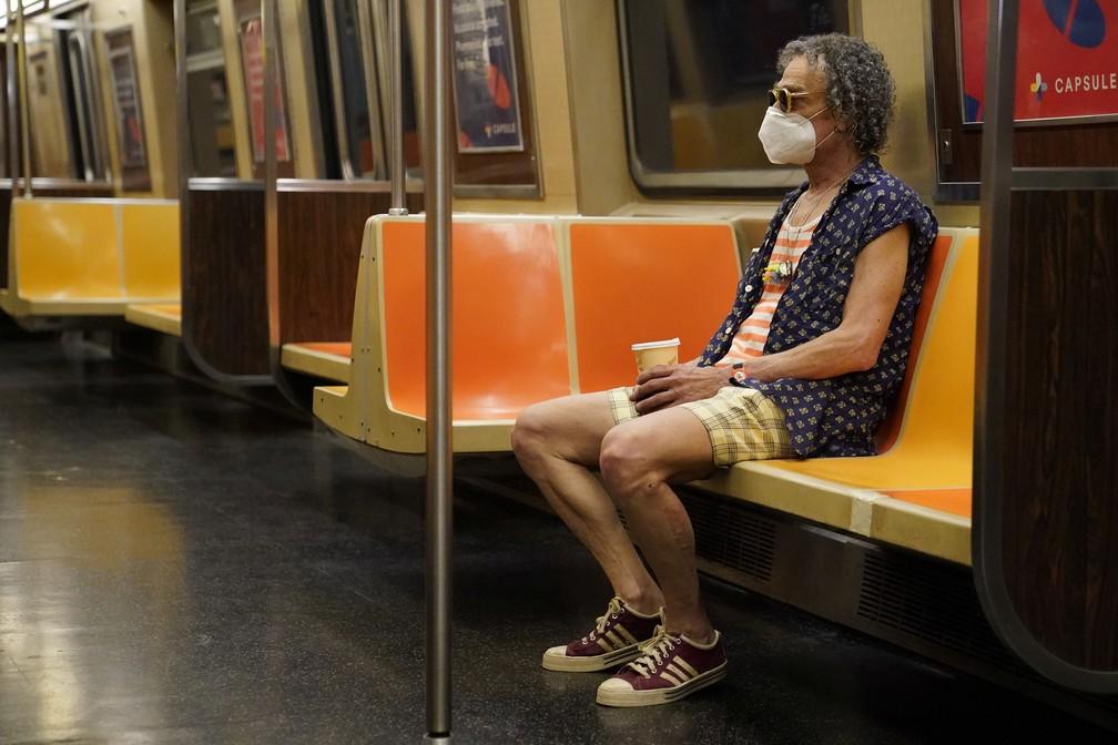 Homem usa máscara ao andar de metrô em Nova York, nos EUA, nesta quinta-feira (25) — Foto: Carlo Allegri/Reuters