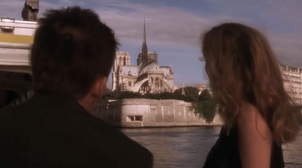Ethan Hawke e Julie Delpy em cena de 'Antes do pôr do Sol', falando sobre a catedral de Norte-Dame — Foto: Reprodução