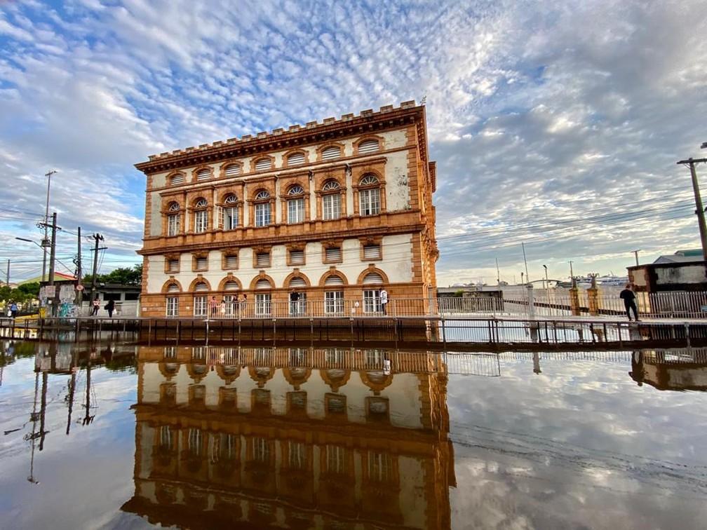 Prédio da alfândega, no Centro histórico de  Manaus, durante cheia de 2021. — Foto: Rebeca Beatriz / G1 AM