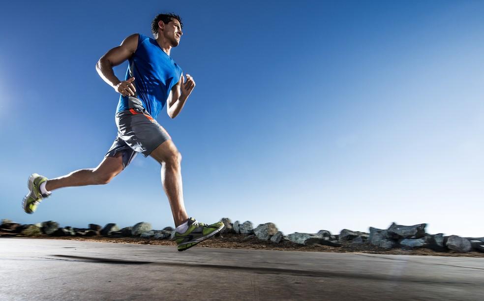 Diminuir o ritmo no início é uma das táticas para os dias de calor (Foto: Getty Images)