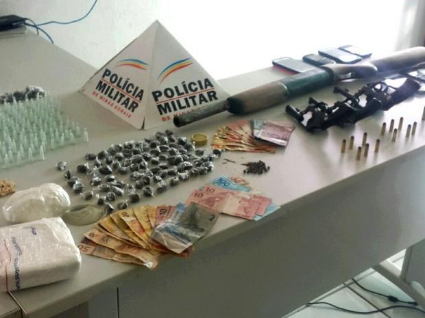 Espingarda polveira, drogas e cerca de R$ 1 mil foram apreendidos pela PM em Itaobim (MG).  (Foto: Polícia Militar/Divulgação)