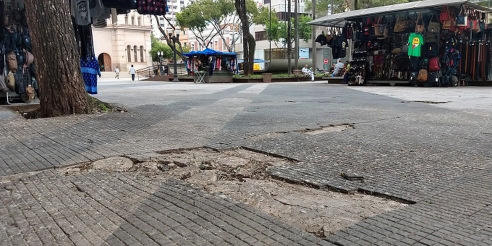 Praça José Bonifácio de Piracicaba tem irregularidades no piso  — Foto: Felipe Ferreira/CCS
