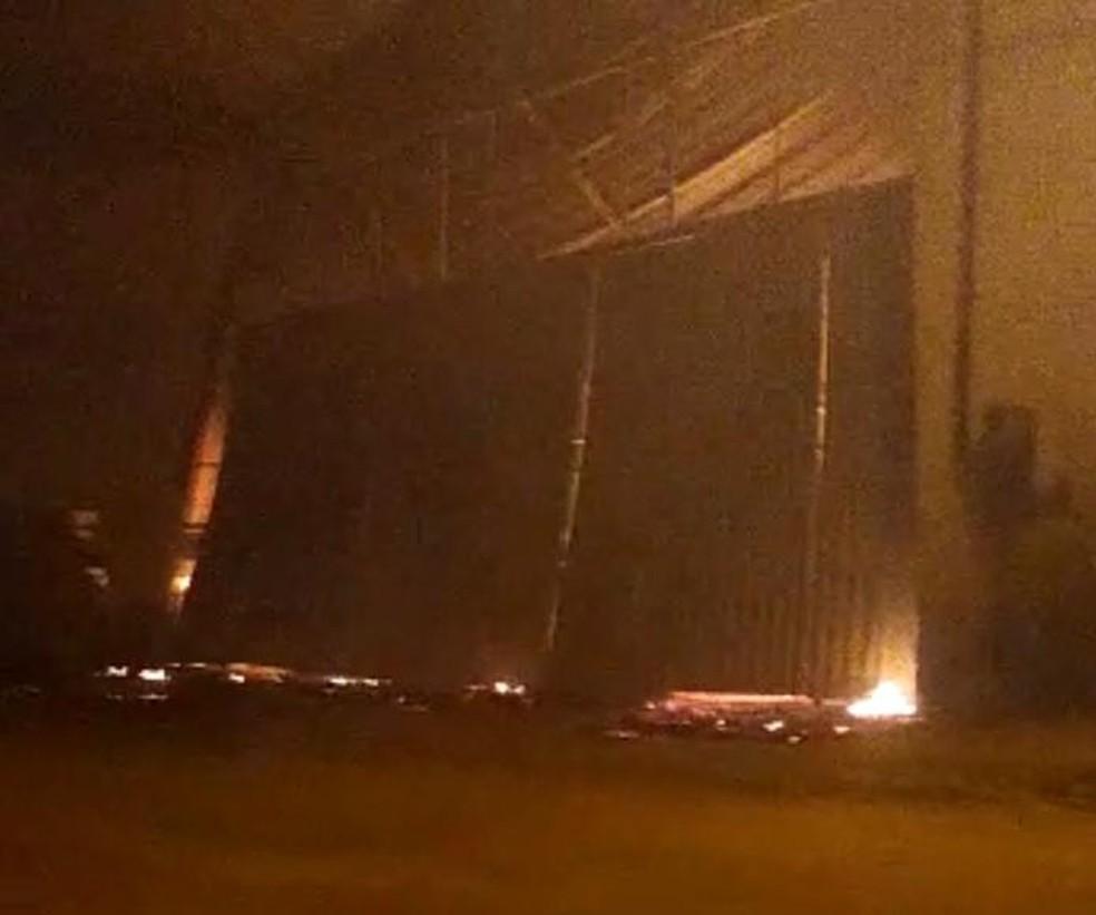 Fábrica de estofados pegou fogo em Cruz das Almas  — Foto: Reprodução/Cruz das Almas News