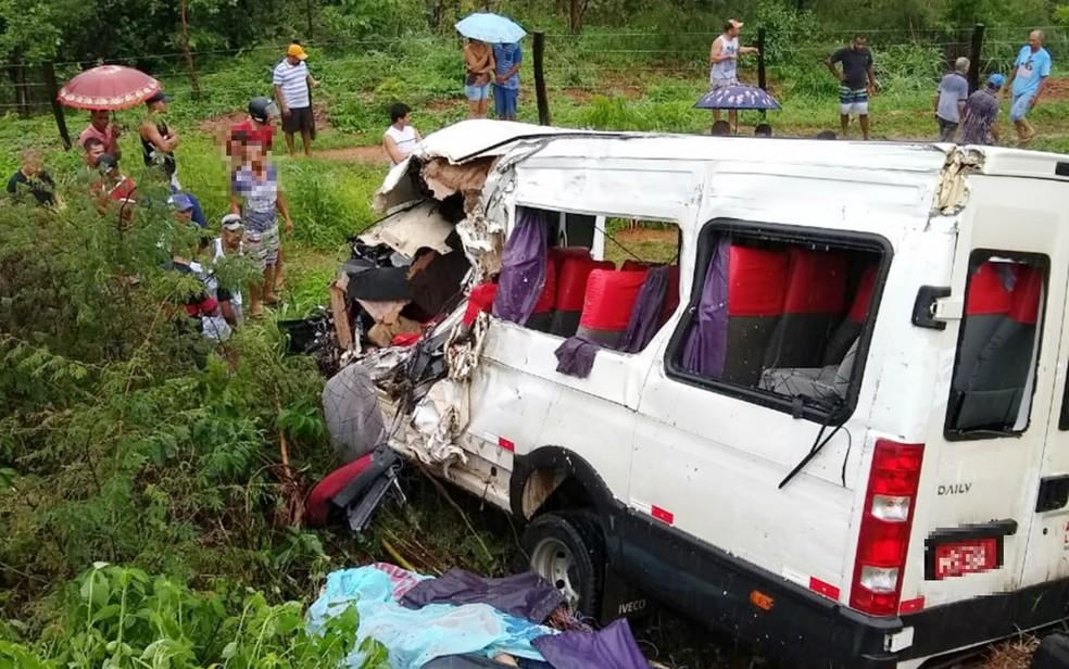 Batida entre van e carreta deixa ao menos três mortos em Riachão das Neves â?? Foto: Portal Bahia 10