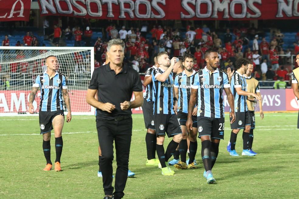 Renato e jogadores do Grêmio — Foto: Eduardo Moura