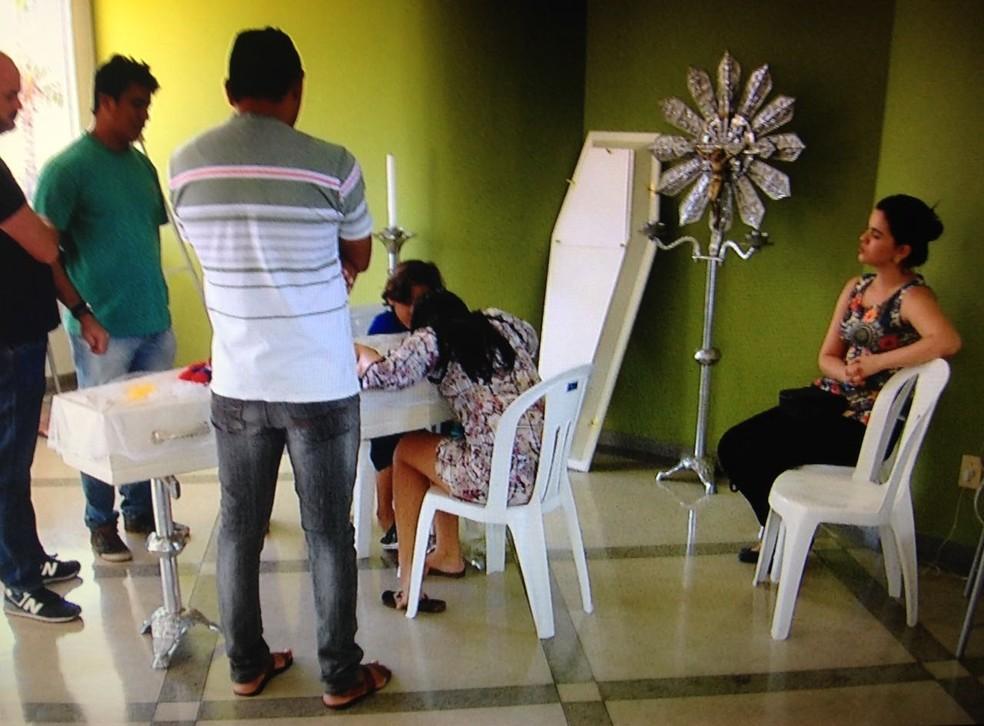 Velório do pequeno Nicolas causou comoção em Araguaína (Foto: TV Anhanguera/Reprodução)