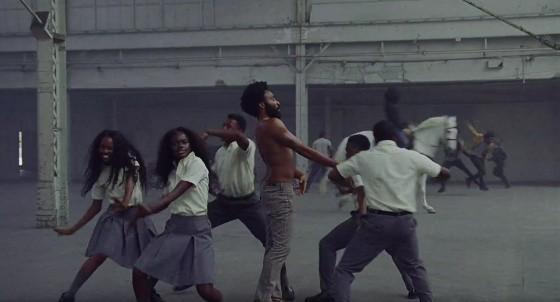 """Sherrie Silver aparece com grupo de estudantes negros """"This Is America"""" (Foto: Reprodução / Youtube)"""