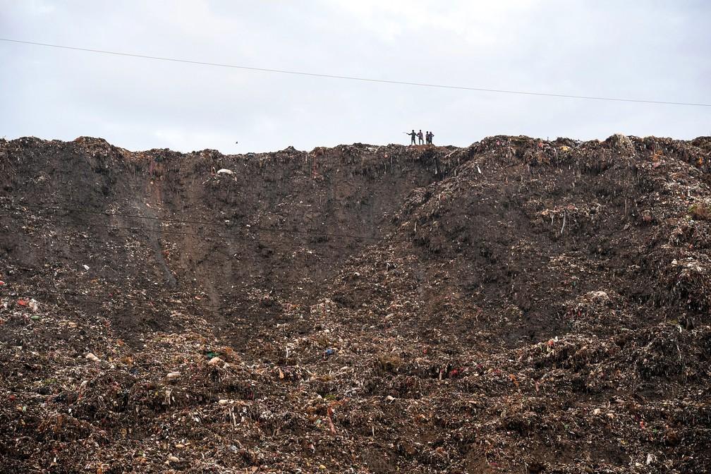 Montanha de lixo de Ghazipur, na cidade indiana de Nova Délhi, deve superar altura do Taj Mahal nos próximos anos. — Foto: Prakash Singh/AFP