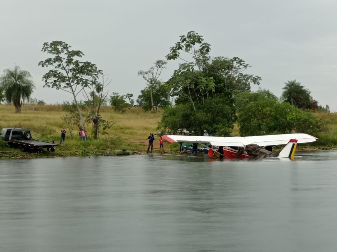 Avião que estava submerso é retirado do Rio Paraná dois dias após acidente aéreo em Presidente Epitácio