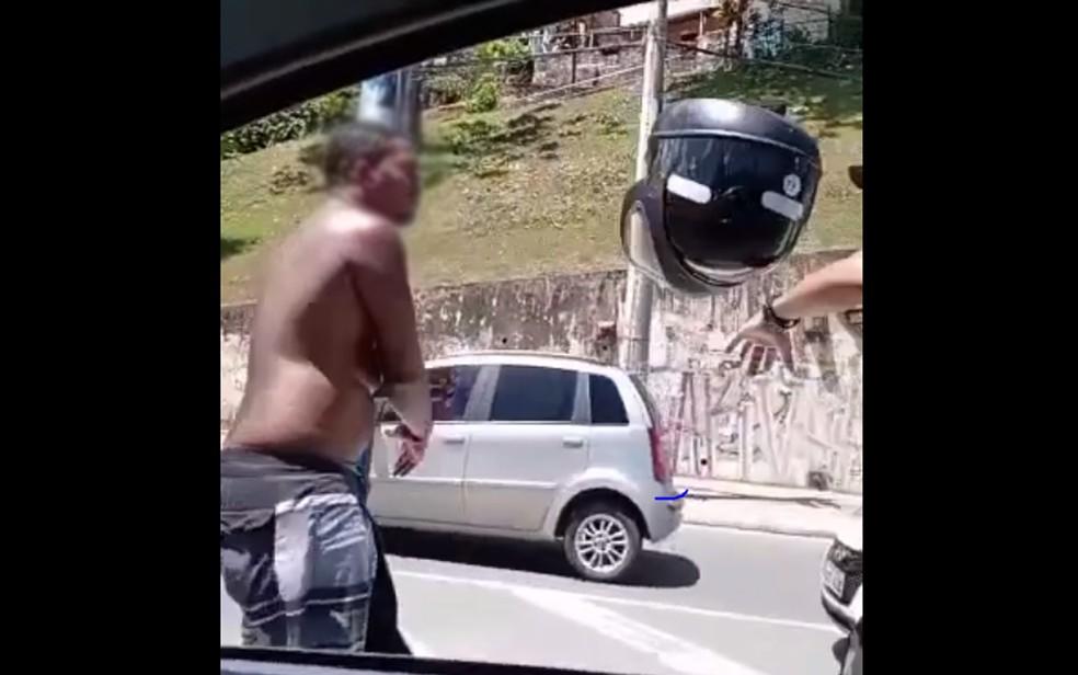 Momento em que homem joga o capacete no agente de trânsito, em Salvador — Foto: Reprodução