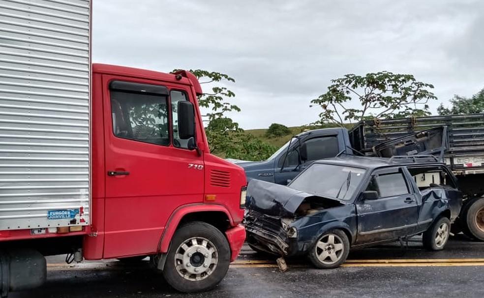 Acidente envolvendo vários veículos deixa trânsito congestionado na BR-101 — Foto: Voz da Bahia