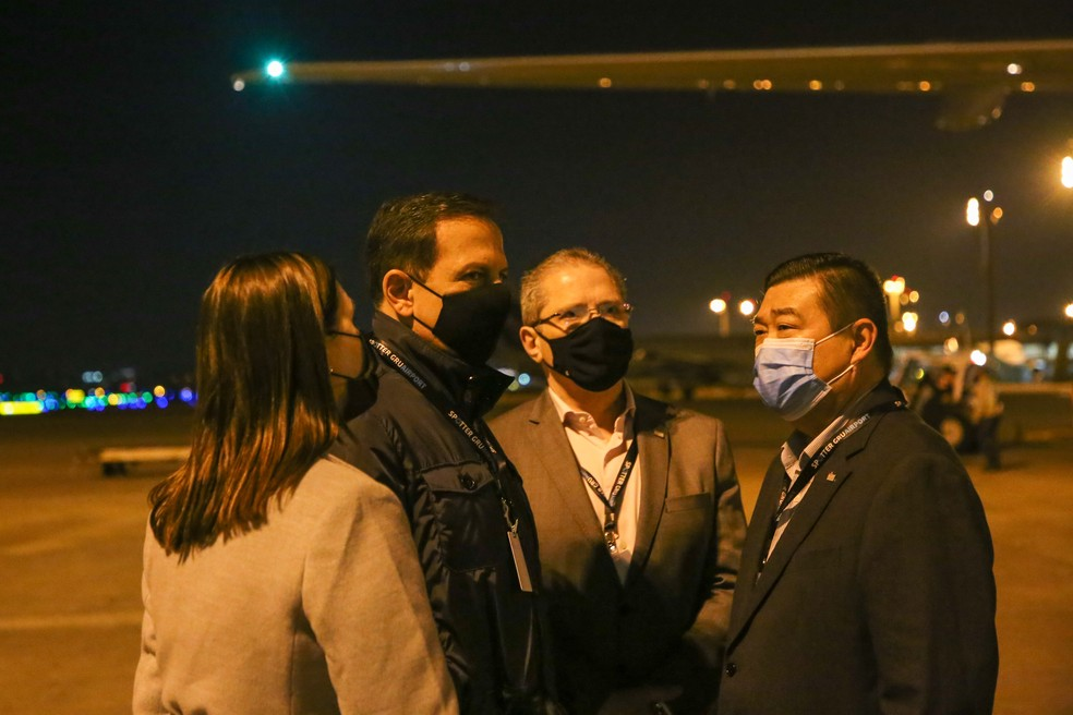 O governador João Doria (PSDB) e o secretário da Saúde, Jean Gorinchteyn, acompanham chegada o IFA no aeroporto de Cumbica nesta terça-feira (13), em Guarulhos, na Grande SP. — Foto: Divulgação/Secom/GESP
