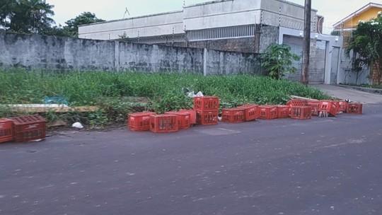 Descarte irregular de lixo em terreno baldio compromete tráfego em via de Macapá