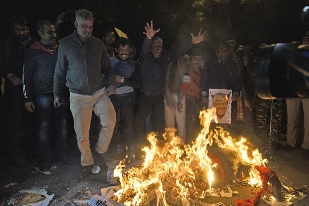 Homens protestam contra entrada de mulheres em templo na Índia (Foto: Getty Images)