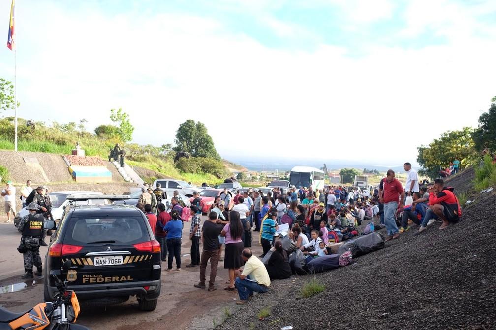 Dezenas de venezuelanos estão retidos na fronteira entre Brasil e Venezuela nesta terça-feira (7) (Foto: Inaê Brandão/G1 RR)