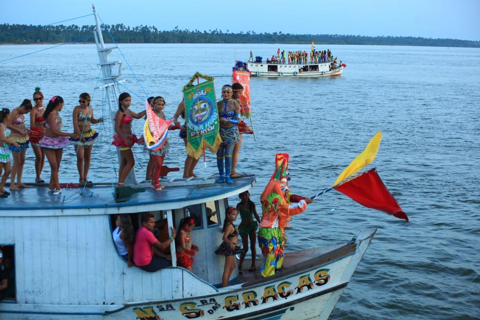 Carnaval de Cametá ganhou nos últimos anos um ingrediente a mais: o Carnaval das Águas, uma esquadra de embarcações que arrasta multidões das ilhas em blocos populares.  (Foto: Erisson Guimaraes / Divulgação)