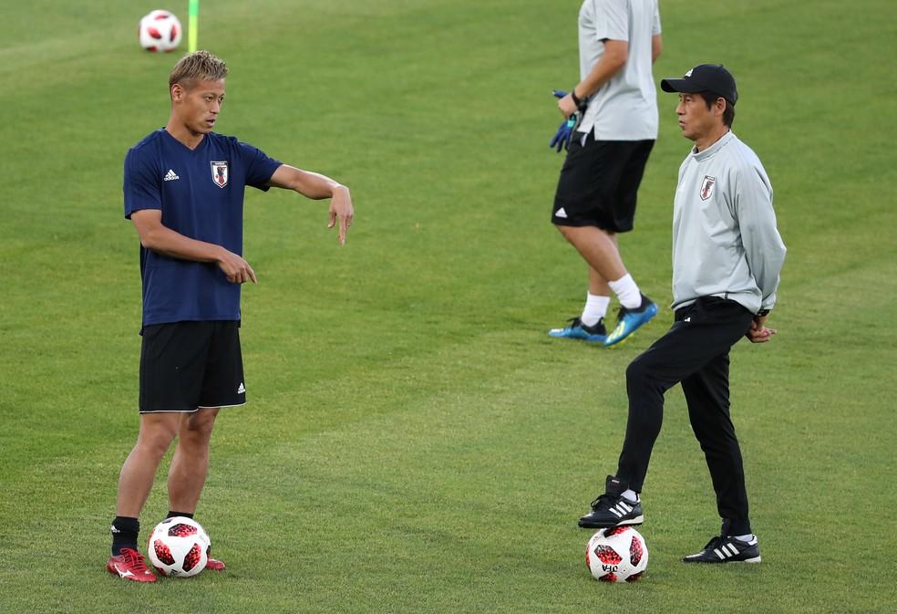 Honda e o técnico Nishino durante treino do Japão (Foto: Marko Djurica / Reuters)