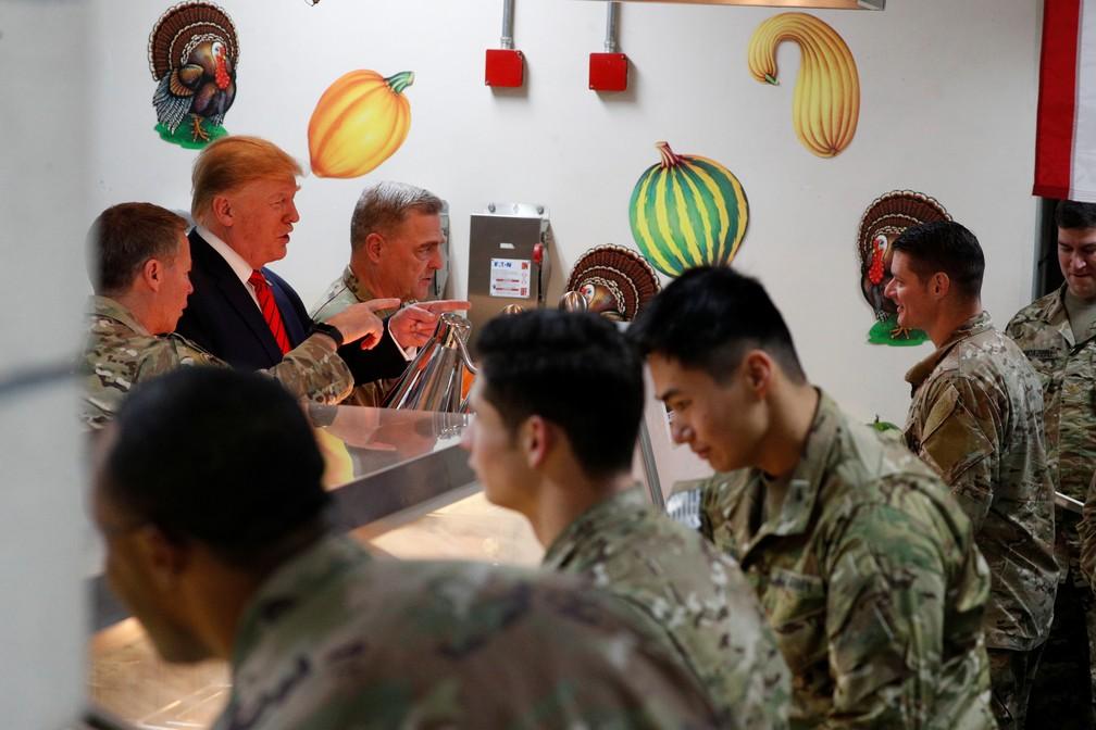 Donald Trump, presidente dos EUA, serve jantar de Ação de Graças a militares no Afeganistão nesta quinta-feira (28) — Foto: Tom Brenner/Reuters