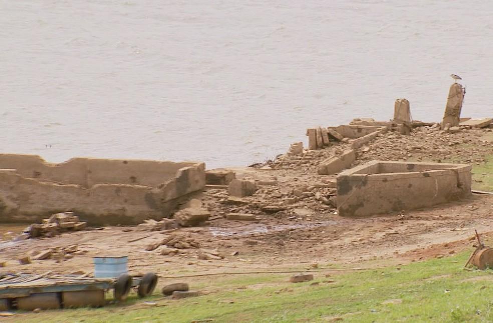 Ruínas de antiga fábrica de laticínios apareceram com a diminuição do nível do Lago de Furnas (Foto: Reprodução / EPTV)