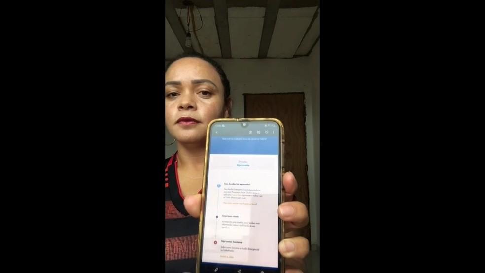 Eva da Silva mostra aviso de auxílio emergencial aprovado no aplicativo da Caixa Econômica Federal — Foto: Arquivo pessoal