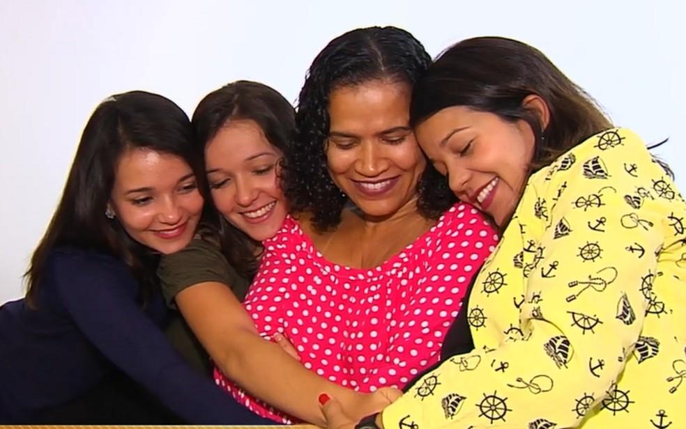 Quatro irmãs conseguem na Justiça incluir o nome da madrasta nos documentos em Goiânia (Foto: TV Anhanguera/ Reprodução)